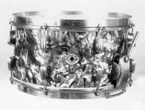 """SLINGERLAND:  slr016s  7¼x14, 40's, """"Radio King"""" model, black diamond pearl, """"clam"""" strainer, brass rims (logo-engraved top), 16 lugs, 1 ply shell."""